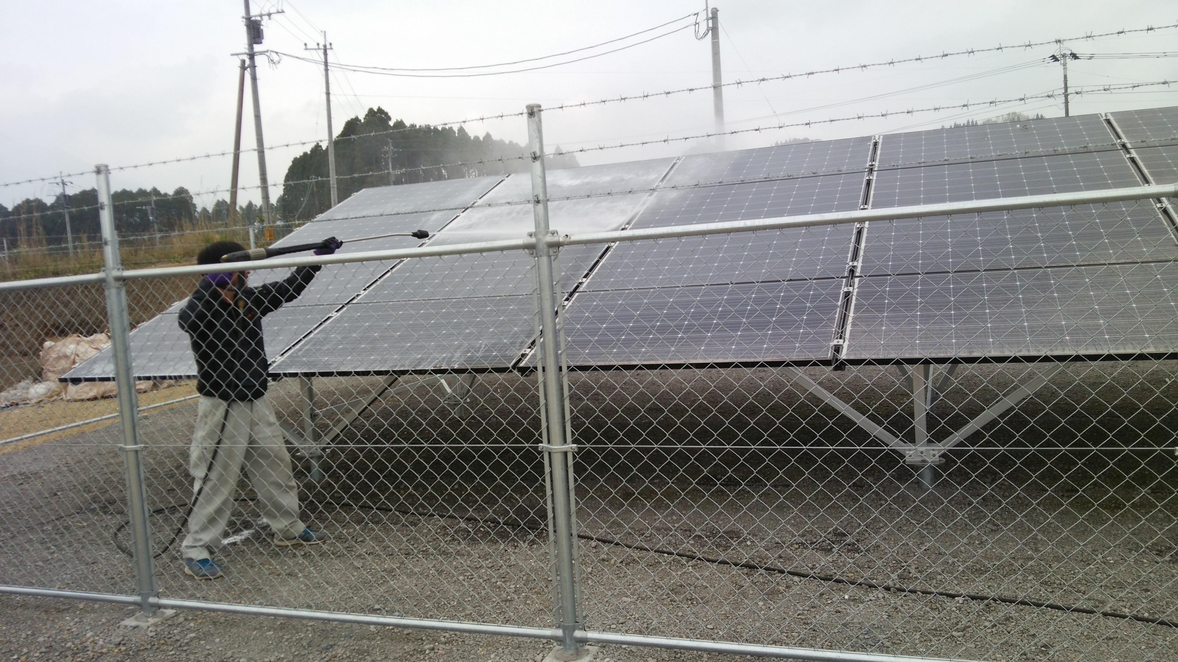 火山灰での発電ロスを解消するため、パネル洗浄を行いました。